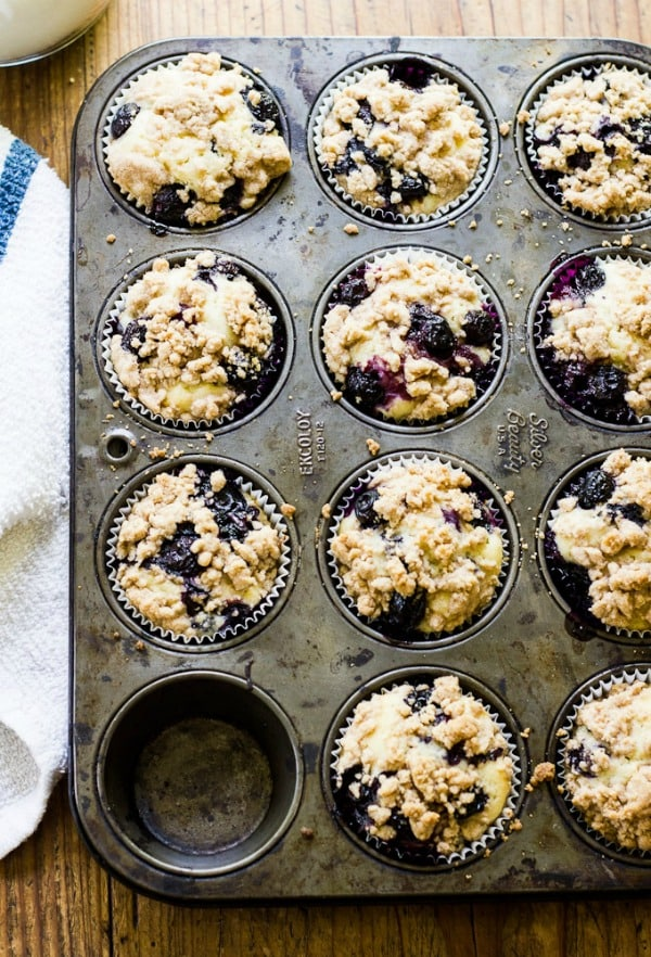 Blueberry Buttermilk Crumb Muffins by theclevercarrot.com