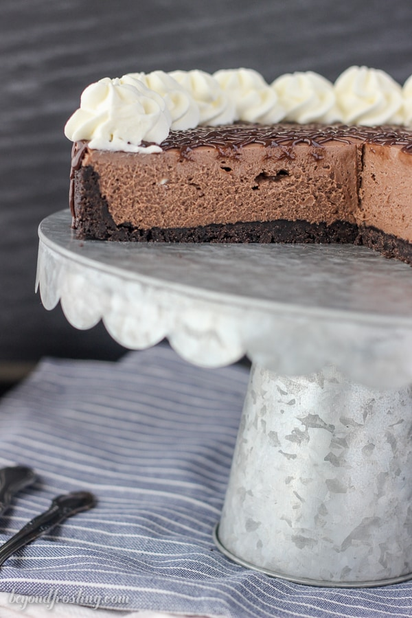 No oven required with this no-bake cheesecake. This Gooey No-Bake Brownie Batter Cheesecake is a decadent chocolate cheesecake with an Oreo crust and a gooey brownie batter glaze.